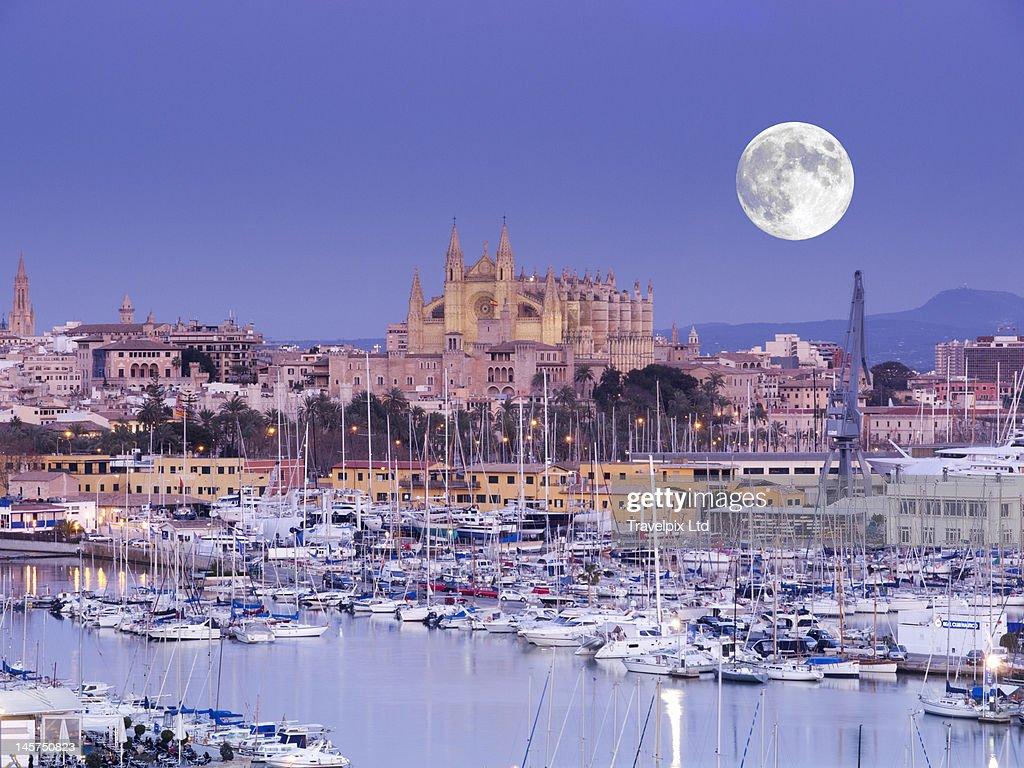Moon over Palma Cathedral, Mallorca, Spain : Foto de stock