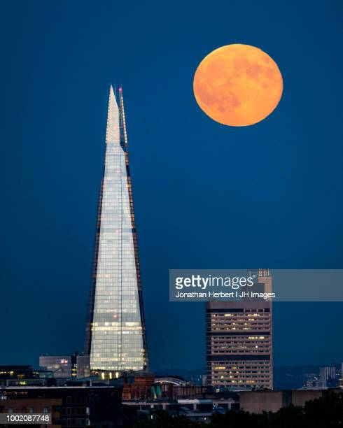 moon over the shard - london - luna llena fotografías e imágenes de stock
