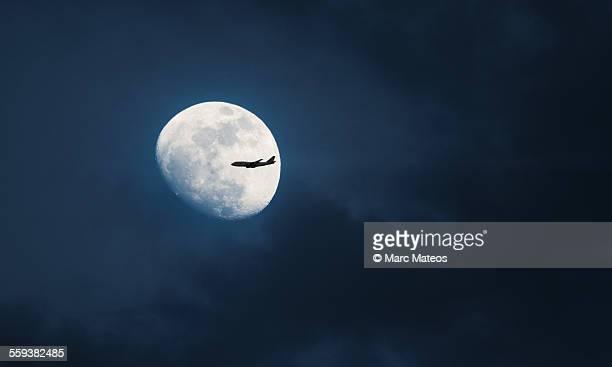 moon plane transit - marc mateos fotografías e imágenes de stock