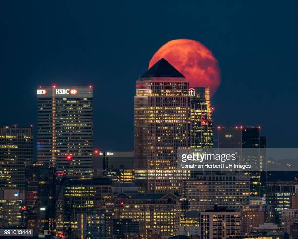 moon rise - canary wharf - london - canary wharf stock pictures, royalty-free photos & images