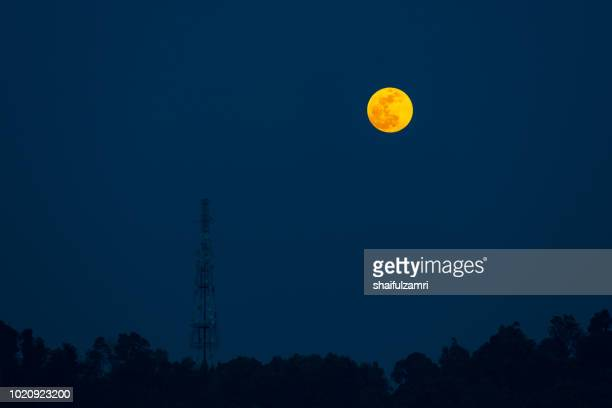 moon rise over telecommunication tower in ampang, malaysia. - shaifulzamri photos et images de collection