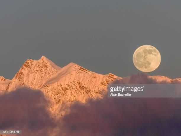 moon rise - alain bachellier photos et images de collection