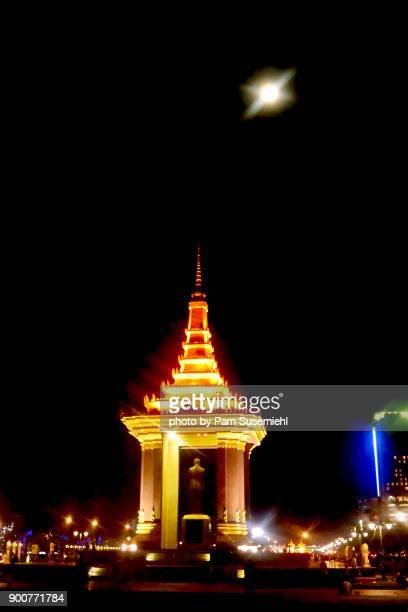 moon rising above statue of king norodom sihanouk, phnom penh, cambodia - norodom sihanouk stock pictures, royalty-free photos & images