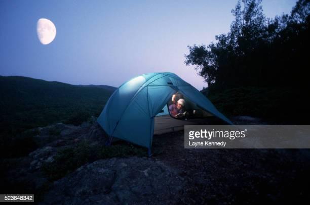 moon rising over tent - ポーキュパイン山脈ウィルダネス州立公園 ストックフォトと画像