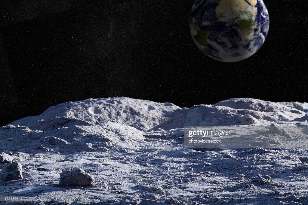Superfície da lua com terra e starfield distantes : Foto de stock