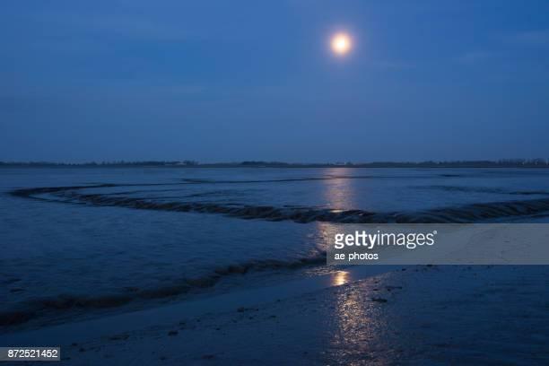 Mondlicht und Ebbe am Jadebusen mit Gezeitenbecken, Nationalpark Wattenmeer, Nordsee