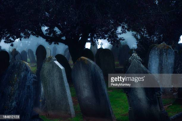 Moonlight strahlt in Dark Misty Friedhof Tombstones