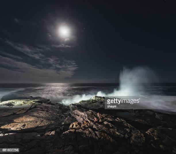 surf por la luna - luz de la luna fotografías e imágenes de stock