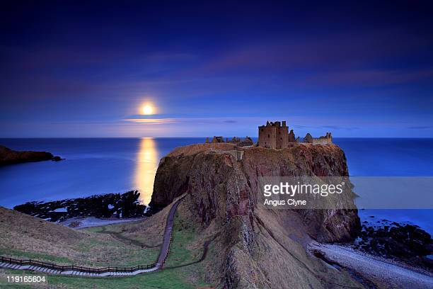 moonrise dunnottar castle aberdeenshire scotland - grampian scotland stock pictures, royalty-free photos & images