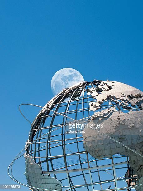 moonrise over huge globe. - ユニスフェア ストックフォトと画像
