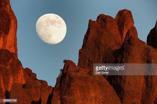 moonrise over pinnacles high peaks - pinnacle peak stock-fotos und bilder