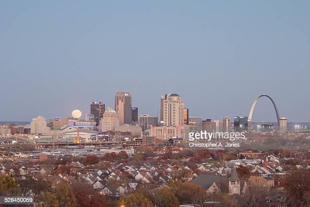 moonrise over st. louis skyline - enterprise center st. louis stock pictures, royalty-free photos & images