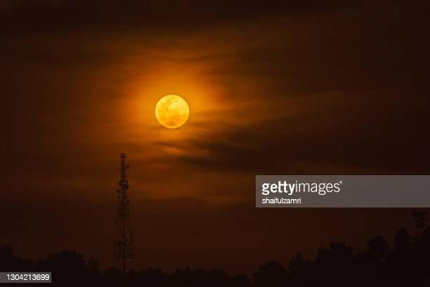 moonrise over telecommunication tower - shaifulzamri fotografías e imágenes de stock