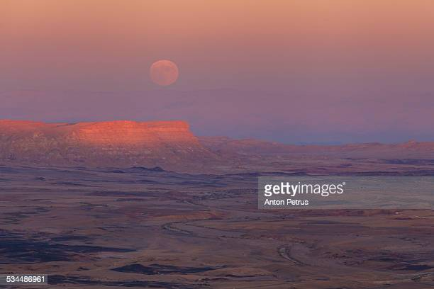 moonrise over the makhtesh ramon, israel - anton petrus stock pictures, royalty-free photos & images