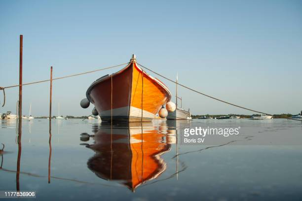moored boat during high tide in arcachon bay, france - gironde stock pictures, royalty-free photos & images