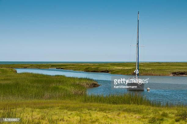 ankern in die marsh - vertäut stock-fotos und bilder