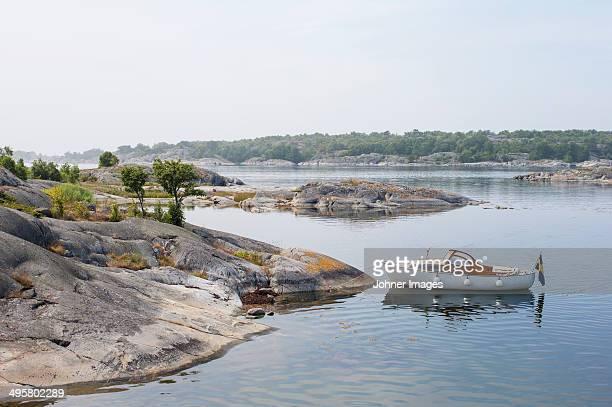 moored motorboat, stora nassa, sweden - arquipélago - fotografias e filmes do acervo