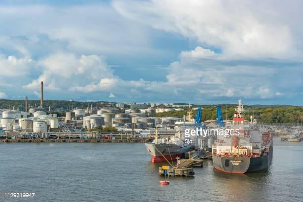 petroleiros atracados a descarga do óleo em um terminal de petróleo no porto de gotemburgo, suécia. - dalsland - fotografias e filmes do acervo
