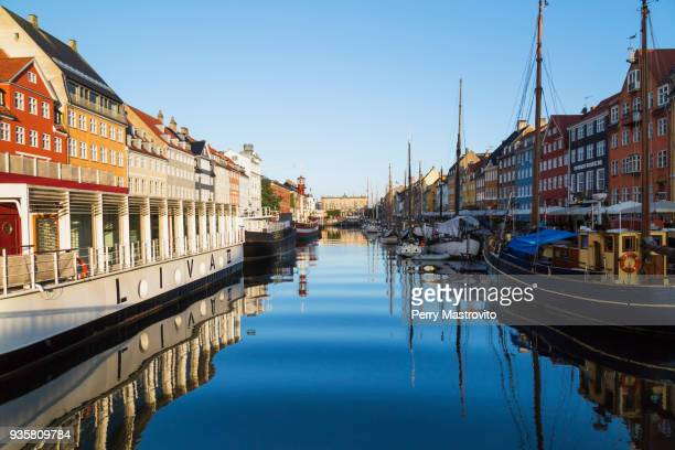 moored restaurant boat and colourful 17th century town houses on nyhavn canal, copenhagen, denmark - nyhavn stock pictures, royalty-free photos & images