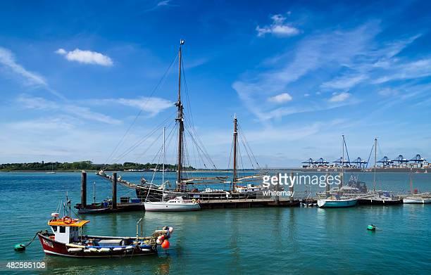 vertäut segeln schiff und kleine boote im harwich - vertäut stock-fotos und bilder