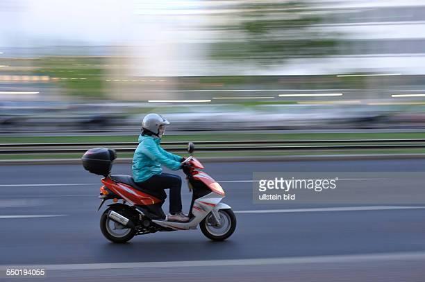 Moped auf der Prenzlauer Allee in Berlin-Prenzlauer Berg