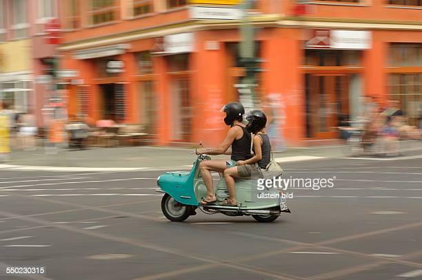 Moped fährt auf der Schönhauser Allee durch Berlin-Prenzlauer Berg