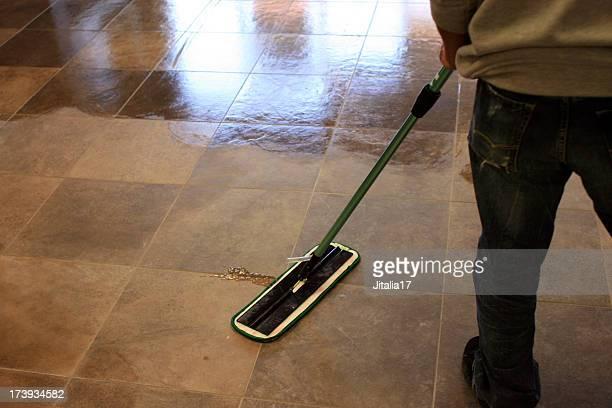 Passer la serpillière un sol carrelé