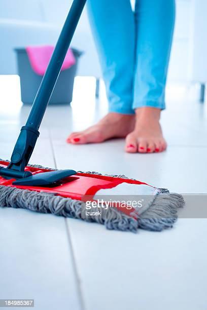 mopping etage - izusek stock-fotos und bilder