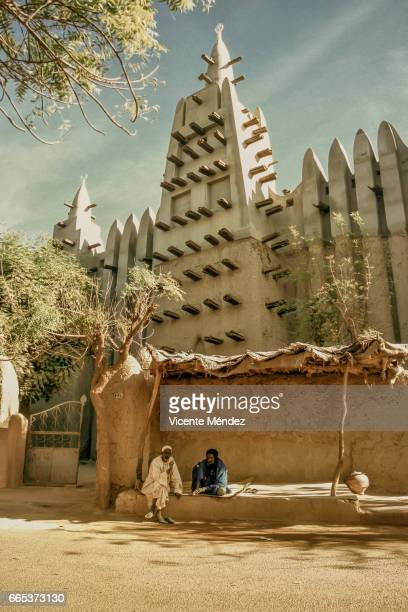 mopti mosque (mali) - áfrica del oeste stock pictures, royalty-free photos & images