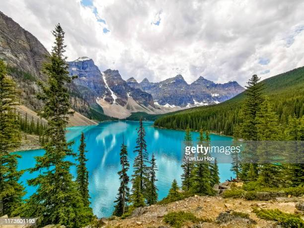 moraine lake and the valley of the ten peaks, banff national park, canada - valley of the ten peaks stock pictures, royalty-free photos & images