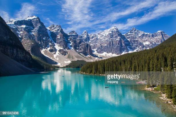 moraine lake and the valley of the ten peaks in the canadian rockies - canadian rockies stockfoto's en -beelden