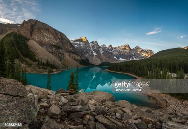 moraine lake at sunrise in the canadian rockies, banff national park, unesco world heritage site, alberta, canada, north america - wahrzeichen stock-fotos und bilder