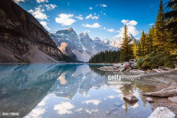 moraine lake, banff national park, alberta, canada - canadian rockies stockfoto's en -beelden