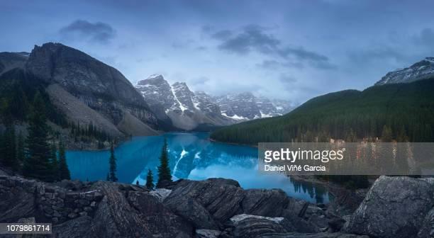 moraine lake, banff national park, canada - unesco stock-fotos und bilder