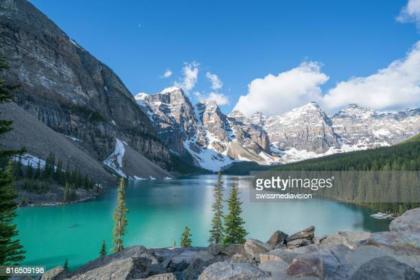 moraine lake, banff nationalpark, kanada - unesco welterbestätte stock-fotos und bilder