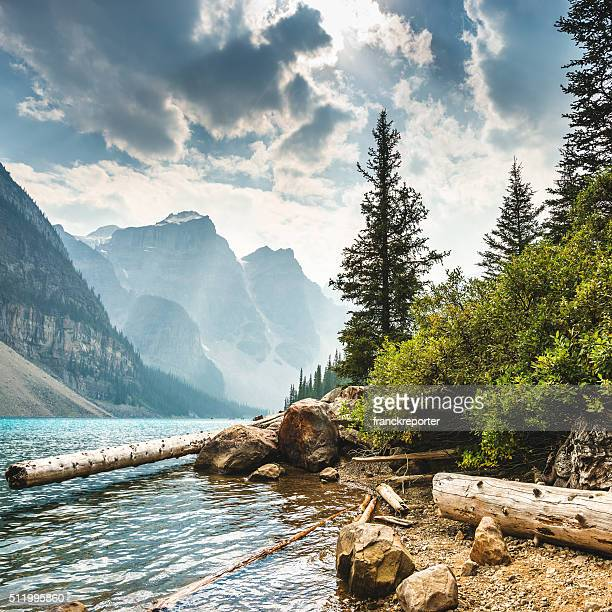 moraine lake in banff national park - canada - canadian rockies stockfoto's en -beelden