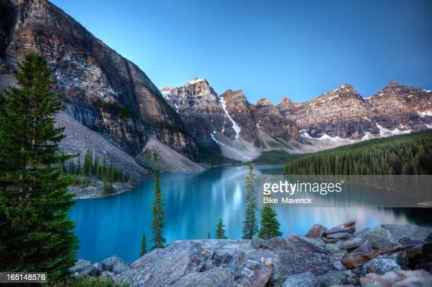 moraine lake morning - moraine lake stock pictures, royalty-free photos & images