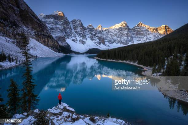 moraine lake - canadian rockies stockfoto's en -beelden
