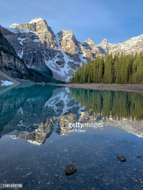 moraine lake reflection - moraine lake stock pictures, royalty-free photos & images