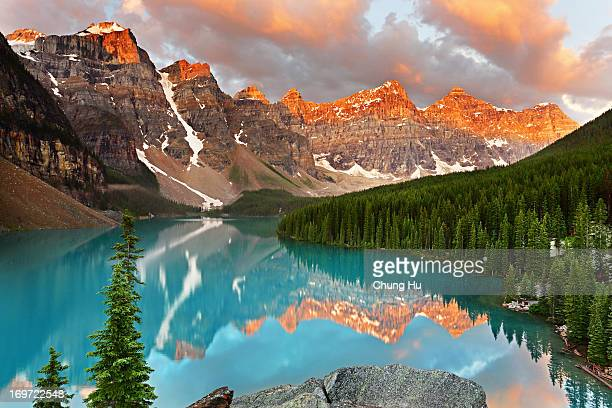 moraine lake sunrise - moraine lake stock pictures, royalty-free photos & images