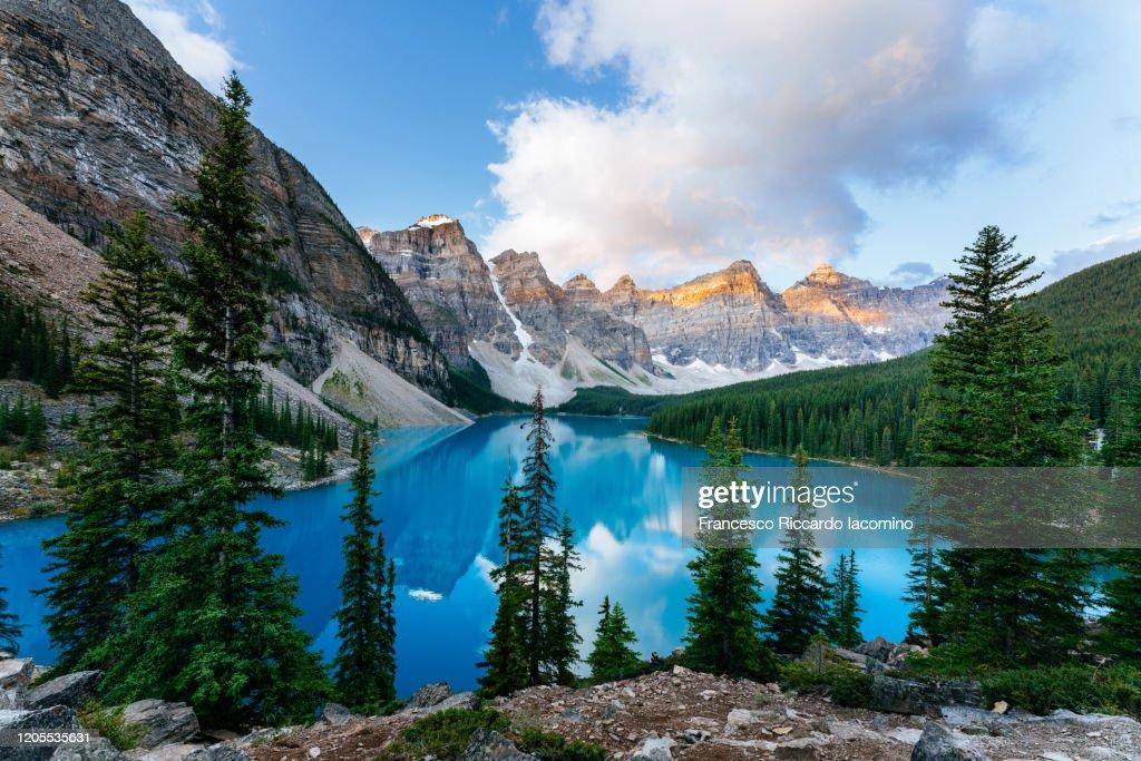 Moraine Lake, sunrise view. Canadian Rockies, Alberta, Canada : Foto stock