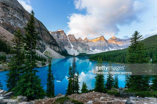 moraine lake, sunrise view. canadian rockies, alberta, canada - canadian rockies stockfoto's en -beelden