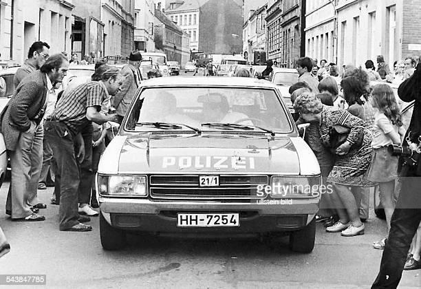 Bei der Festnahme von Fritz Honka in der Gaußstraße in Altona im Juli 1975 umringen Schaulustige das Fahrzeug der Polizei