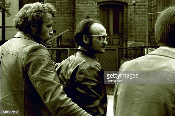 Der wegen vierfachen Mordes angeklagte Wachmann Fritz Honka wird am 20 Dezember 1976 zu 15 Jahren Haft verurteilt Kriminalbeamte führen Honka zum...