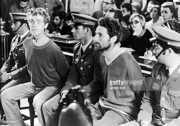 Mit aufgerissenen Augen sitzen der Hamburger Maurer Harald Alexander und sein Sohn Frank während ihres Verfahrens am 24 März 1972 neben uniformierten...