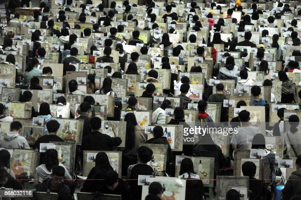 More than 3000 students draw together at Hubei University during a mock college entrance exam for art on October 29 2017 in Wuhan Hubei Province of...