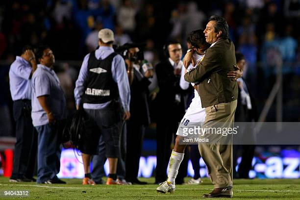 Morelia's Head coach Tomas Boy and Adrian Aldrete react after losing to Cruz Azul on their semifinals match as part of the 2009 Opening tournament in...
