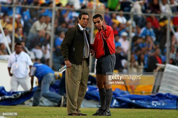 Morelias' Head Coach Tomas Boy and Referee Assistant Marco Antonio Rodriguez during their semifinals match as part of the 2009 Opening tournament in...