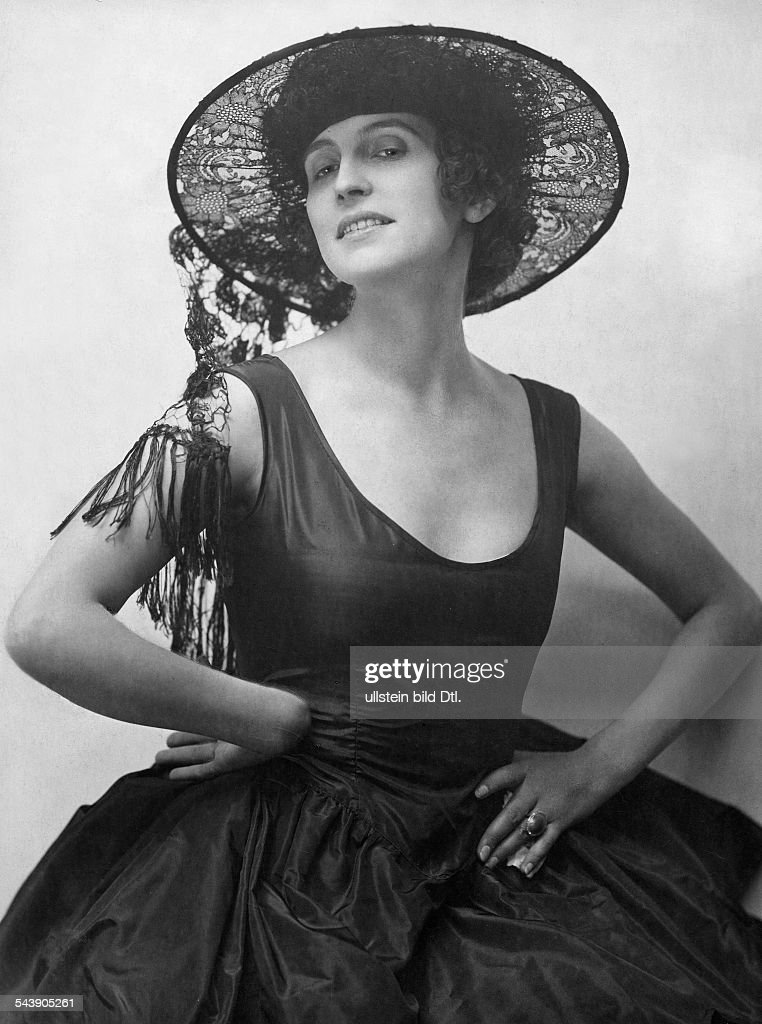 Morena, Erna - Actress, Germany*25.04.1892-20.07.1962+dressed probably in Spanish manner, with a hat made from laces - Photographer: Atelier Eberth- Published by: 'Die Dame' 6/1921Vintage property of ullstein bild : News Photo
