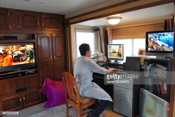 Morgan Joubert in his trailer is working on his computer Foire du Trône Morgan Joubert dans sa caravane travaille sur son ordinateur Foire du Trône